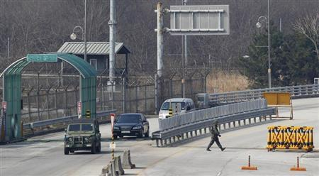 South Korean vehicles transporting South Korean employees working at the Kaesong Industrial Complex (KIC), head towards the South's Customs, Immigration and Quarantine (CIQ) area, just south of the demilitarised zone separating the two Koreas, in Paju, north of Seoul, April 4, 2013. REUTERS/Kim Hong-Ji