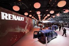 Renault, qui prenait 4,14% à 12h31, signe la plus forte hausse de l'indice CAC 40 (+0,88%). Le constructeur automobile qui détient 43,4% du japonais Nissan profite de la baisse du yen à la suite de la refonte de la politique monétaire de la Banque du Japon. /Photo prise le 5 mars 2013/REUTERS/Denis Balibouse