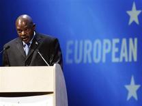 Президент Бурунди Пьер Нкурунзиза выступает на конференции в Брюсселе 17 ноября 2006 года. Парламент Бурунди одобрил законопроект, который под угрозой штрафа заставляет журналистов раскрывать источники информации и запрещает публиковать новости о национальной валюте. REUTERS/Yves Herman