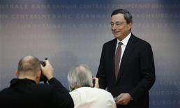 Mario Draghi, le président de la Banque centrale européenne, a déclaré jeudi que le projet initial de plan d'aide à Chypre prévoyant une taxation de la totalité des dépôts bancaires était une erreur. /Photo prise le 4 avril 2013/REUTERS/Lisi Niesner
