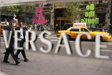 Pedestrians walk past the Versace store on Fifth Avenue in New York October 8, 2009. REUTERS/Lucas Jackson