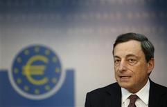 La Banque centrale européenne a maintenu jeudi ses taux directeurs inchangés. Son président, Mario Draghi, a déclaré que l'institution anticipait une reprise économique progressive dans la zone euro dans le courant de l'année et qu'elle se tenait prête baisser les taux si cela s'avérait nécessaire. /Photo prise le 4 avril 2013/REUTERS/Lisi Niesner