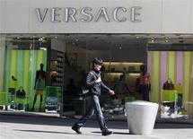 La maison italienne de haute couture Versace est prête à céder une partie de la société à des investisseurs extérieurs afin de financer son développement sur des marchés étrangers comme l'Asie, a dit jeudi l'administrateur délégué Gian Giacomo Ferraris. /Photo d'archives/REUTERS/Jason Lee