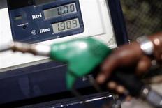Мужчина заправляет авто на заправке в Риме, 13 марта 2012 года. Цены на нефть Brent растут с отмеченного накануне пятимесячного минимума, но итог недели может стать худшим за месяц из-за слабых данных США. REUTERS/Tony Gentile
