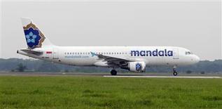 La compagnie aérienne indonésienne PT Mandala Airlines compte acheter 18 Airbus A320 d'ici 2014. Le marché est évalué à 1,6 milliard de dollars (1,24 milliard d'euros). /Photo d'archives/REUTERS/Enny Nuraheni