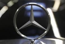 Mercedes-Benz a vendu 139.920 véhicules en mars, ce qui constitue le volume mensuel le plus élevé jamais enregistré par la marque haut de gamme du groupe Daimler. /Photo d'archives/REUTERS/Ina Fassbender