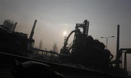 Машина проезжает мимо сталелитейного завода Vitkovice в Остраве 11 февраля 2012 года. Крупнейший российский производитель стали Евраз снова приостановил свои сталелитейные мощности в Чехии - Evraz Vitkovice Steel - как минимум на месяц из-за слабого спроса. REUTERS/Petr Josek