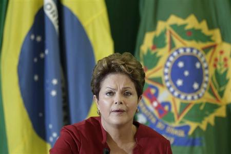 Brazil's President Dilma Rousseff speaks with reporters during breakfast at the Planalto Palace in Brasilia December 27, 2012. Picture taken December 27, 2012. REUTERS/Ueslei Marcelino