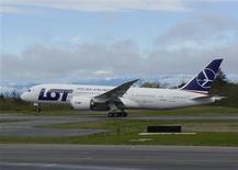"""Boeing a terminé vendredi une série de tests effectués sur son 787 """"Dreamliner"""", avec pour but de prouver que le système de sécurité corrigé de l'appareil empêchera les batteries lithium-ion de l'avion de connaître des accès de surchauffe. Il appartient désormais aux autorités américaines, européennes et japonaises de décider si l'avion est apte à voler. /Photo prise le 5 avril 2013/REUTERS/Patrick Rodwell/Boeing"""
