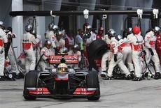 Piloto de F1 da Mercedes Lewis Hamilton sai de pit stop durante GP da Malásia. Hamilton nunca pediu para ser priorizado na Mercedes, e as ordens da equipe que o ajudaram a chegar em terceiro no Grande Prêmio da Malásia foram dadas somente por necessidade, de acordo com Ross Brawn, o chefe da escuderia. 24/03/2013 REUTERS/Raymond Ho/Pool
