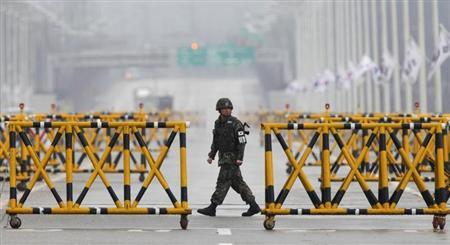 A South Korean soldier patrol as vehicles returning from North Korea's inter-Korean Kaesong Industrial Complex back to South Korea arrive at a checkpoint on the Grand Unification Bridge, which leads to the demilitarized zone separating North Korea from South Korea, in Paju, north of Seoul April 6, 2013. REUTERS/Lee Jae-Won