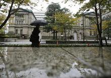 Devant la Banque du Japon, à Tokyo. La Banque du Japon (BoJ) devrait acheter pour 1.200 milliards de yens (9,5 milliards d'euros) d'emprunts d'Etat japonais la semaine prochaine en ciblant des titres dont l'échéance est distante de plus de cinq ans, selon le quotidien économique Nikkei. /Photo d'archives/REUTERS/Yuriko Nakao