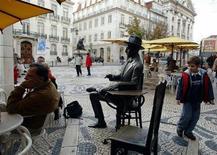 Sur une place à Lisbonne. Le Portugal doit rester fidèle aux mesures d'austérité prévues par ses créanciers internationaux s'il veut disposer de temps supplémentaire pour rembourser les prêts liés à son plan de sauvetage financier, estime la Commission européenne. /Photo d'archives/REUTERS/Jose Manuel Ribeiro