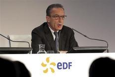 La rémunération du PDG d'EDF Henri Proglio au titre de 2012 recule de 300.000 euros environ à 1,3 million d'euros contre 1,6 million versés en 2011, en application du plafonnement des salaires des dirigeants des groupes publics. /Photo prise le 14 février 2013/REUTERS/Philippe Wojazer