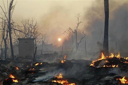 Buildings around a mosque burn in Meikhtila March 21, 2013. REUTERS/Soe Zeya Tun