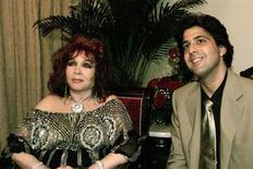 Spanish singer and actress Sara Montiel poses with her boyfriend Antonio Hernandez, 38, in Havana March 22, 2002. REUTERS/Rafael Perez