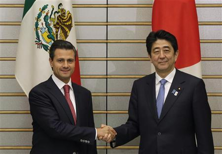 Mexico's President Enrique Pena Nieto (L) shakes hands with Japan's Prime Minister Shinzo Abe at Abe's official residence in Tokyo April 8, 2013. REUTERS/Toru Hanai