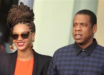 La cantante pop estadounidense Beyonce y su esposo el rapero Jay Z a su salida de un hotel en La Habana, abr 4 2013. La cantante pop estadounidense Beyonce y su esposo rapero Jay Z visitaron La Habana la semana pasada en un viaje cultural que fue aprobado por el Departamento del Tesoro estadounidense, dijo una fuente al tanto de la situación. REUTERS/Enrique De La Osa