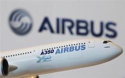 """Airbus pourrait vendre 750 avions de ligne cette année, a déclaré le directeur commercial John Leahy, confirmant le jalon haut de la fourchette de 700 à 750 appareils précédemment annoncée par l'avionneur européen. La filiale d'EADS compte par ailleurs procéder au premier vol de son A350 """"dans les trois mois qui viennent"""", a déclaré le PDG d'Airbus Fabrice Brégier /Photo d'archives/REUTERS/Bobby Yip"""