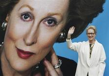"""A atriz Meryl Streep posa para fotógrafos após revelação do pôster do filme de 2011 """"A Dama de Ferro"""", sobre a vida da ex-primeira-ministra britânica Margaret Thatcher, que morreu nesta segunda-feira. Foto de 14/11/2011 REUTERS/Luke MacGregor"""