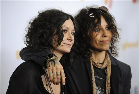 Actress Sara Gilbert (L) and musician Linda Perry arrive at the GLAAD Media Awards in Los Angeles April 21, 2012. REUTERS/Phil McCarten
