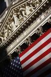 Здание Нью-Йоркской фондовой биржи, 29 июля 2008 года. Американские акции выросли в понедельник, поскольку инвесторы предполагают, что прибыли компаний повысились в первом квартале, несмотря на опасения о здоровье экономики. REUTERS/Brendan McDermid