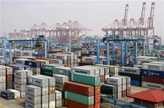 Le port de Ningbo, dans la province chinoise de Zhejiang. La Chine a enregistré un déficit commercial inattendu en mars, en raison d'une hausse plus forte que prévu des importations, ce qui témoigne de la solidité de la demande intérieure chinoise et de sa capacité à servir de moteur à la reprise économique du pays. /Photo prise le 9 avril 2013/REUTERS