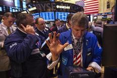 Трейдеры работают в торговом зале фондовой биржи в Нью-Йорке, 8 марта 2013 года. Индекс Dow Jones обновил исторический максимум при закрытии торгов во вторник благодаря циклическим акциям. REUTERS/Lucas Jackson