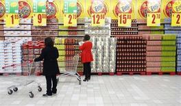 Женщины выбирают товары в супермаркете в Пекине, 8 апреля 2013 года. Китай в марте зафиксировал небольшой торговый дефицит в размере $884 миллиона, поскольку рост импорта на 14,1 процента в годовом исчислении затмил повышение экспорта на 10 процентов. REUTERS/Kim Kyung-Hoon