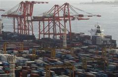 L'Organisation mondiale du Commerce a réduit mercredi sa prévision de croissance des échanges de biens et de services en 2013, à 3,3% contre 4,5% précédemment. /Photo prise le 24 janvier 2013/ REUTERS/Yuya Shino