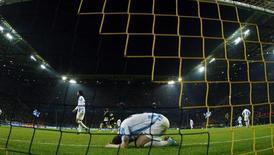Jogador do Malaga lamenta o terceiro gol da vitória do Borussia Dortmund na segunda partida pelas quartas-de-final da Liga dos Campeões, em Dortmund, na Alemanha. A equipe espanhola sugeriu uma conpiração contra o time na derrota de terça-feira para o time alemão, em que os estreantes foram eliminados nas quartas de final da Liga dos Campeões com dois gols sofridos nos acréscimos. 9/04/2013. REUTERS/Ina Fassbender
