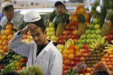 Мужчина продает фрукты и овощи на рынке в Москве, 13 октября 2008 года. Потребительские цены в России со 2 по 8 апреля 2013 года выросли на 0,1 процента, тогда как на прошлой неделе не изменились, сообщил Росстат в среду. REUTERS/Denis Sinyakov