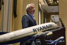 """Le patron de Ryanair, Michael O'Leary, s'est moqué mercredi de la création par Air France d'une filiale à bas coûts et a critiqué le mode de gestion """"communiste"""" des aéroports français. Le fondateur de la première compagnie européenne low cost était à Strasbourg pour marquer le lancement de deux lignes vers Londres et Porto. /Photo prise le 19 mars 2013/REUTERS/Lucas Jackson"""