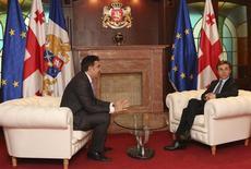 Президент Грузии Михаил Саакашвили и премьер Бидзина Иванишвили на встрече в Тбилиси 4 марта 2013 года. Новое грузинское правительство сдуло пыль с отчета о расследовании обстоятельств пятидневной войны с Россией в августе 2008 года и не исключает допроса президента Михаила Саакашвили, который в этом году слагает полномочия. REUTERS/Giorgi Kakulia/Georgian Prime Minister Press Service/Handout