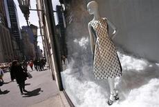 """Les boutiques de luxe sur la célèbre """"cinquième avenue"""" de New York. Après avoir porté l'effort sur la Chine, les marques de luxe européennes redécouvrent les vertus d'un marché américain qui a surpris par sa vigueur et paraît encore largement sous-exploité. /Photo prise le 4 avril 2013/REUTERS/Mike Segar"""