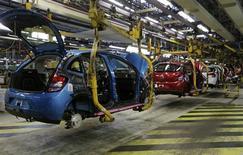Chaîne d'assemblage de la C3 à l'usine PSA Peugeot Citroën d'Aulnay-sous-Bois, en février dernier. Le groupe automobile pense combler d'ici juillet les retards accumulés dans la fabrication de ce modèle à cause de la grève à Aulnay en basculant de manière accélérée la production sur le site voisin de Poissy. /Photo prise le 4 février 2013/REUTERS/Jacky Naegelen