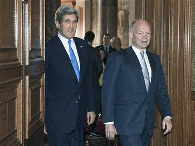 Britain's Foreign Secretary William Hague walks with U.S. Secretary of State John Kerry (L) at the Foreign Office in London April 10, 2013. REUTERS-Paul J. Richards-pool
