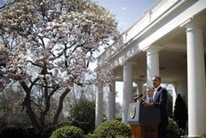 Президент США Барак Обама выступает с комментариями о проекте нового бюджета, стоя рядом с и.о. обязанности главы административно-бюджетного управления Джеффри Зинтсом, в Розовом саду Белого дома в Вашингтоне 10 апреля 2013 года. Президент США Барак Обама представил проект бюджета в размере $3,77 триллиона, сочетающий урезание программ социальной защиты с повышением налогов на богатых. REUTERS/Jason Reed