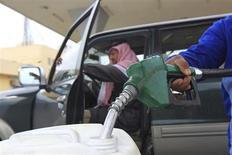 Рабочий АЗС наливает дизельное топливо в канистру в Эр-Рияде 19 декабря 2012 года. Нефть дешевеет из-за снижения прогнозов мирового потребления и роста запасов в США. REUTERS/Fahad Shadeed