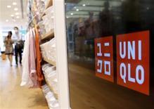 Fast Retailing ne relève pas son objectif de résultat opérationnel pour son exercice fiscal 2012-2013, malgré un bond des ventes en mars de ses magasins de prêt-à-porter Uniqlo au Japon. /Photo prise le 10 avril 2013/REUTERS/Yuya Shino