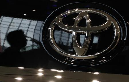 4月11日、自動車大手の2014年3月期は大幅増益になる見通し。北米や東南アジアの販売好調や円安が業績を押し上げる。写真はトヨタのロゴ。昨年10月、都内で撮影(2013年 ロイター/Toru Hanai)