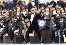 """Cantor Psy se apresenta durante cerimônia de posse da nova presidente da Coreia do Sul Park Geun-hye, em Seul. O rapper sul-coreano lançou um aguardado novo single nesta quinta-feira com a esperança de repetir o sucesso de """"Gangnam Style"""", que fez dele o maior astro a surgir da crescente cena de música K-pop. 25/02/2013 REUTERS/Kim Hong-Ji"""