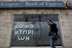 Devant une succursale de la Bank of Cyprus à Nicosie. Les suites du sauvetage de Chypre sont à l'ordre du jour de la réunion des ministres des Finances vendredi et samedi à Dublin, qui leur donnera aussi l'occasion de débattre des réticences croissantes de l'Allemagne à engager l'union bancaire. /Photo prise le 31 mars 2013/REUTERS/Yorgos Karahalis