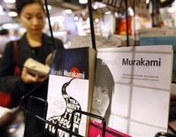 Книги японского писателя Харуки Мураками в магазине в Токио, 18 ноября 2009 года. Более 100 человек выстроились в очередь перед открывающимся в полночь книжным магазином в Токио, желая как можно скорее заполучить новый роман Харуки Мураками. REUTERS/Kim Kyung-Hoon