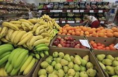 Покупатели смотрят товары в супермаркете Магнит в Москве, 1 августа 2012 года. Российская розничная группа X5 Retail впервые уступила лидерство в объемах продаж сети Магнит по итогам первого квартала 2013 года, свидетельствуют операционные результаты компаний. REUTERS/Sergei Karpukhin