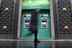 Des spéculations autour d'une demande d'aide supplémentaire de la part de Chypre pour son sauvetage financier pèsent sur la Bourse de Paris, en recul à la mi-séance (-0,67% à 12h04) et plombent les valeurs bancaires: BNP Paribas cède 2,38%, Crédit agricole recule de 2,36% et Société générale abandonne 2,11%. /Photo d'archives/REUTERS/Gonzalo Fuentes
