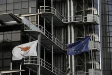 Chypre souhaite accélérer le recours aux fonds structurels de l'Union européenne (des aides destinées à favoriser le développement économique des pays les moins avancés de l'UE) mais ne demande pas d'augmentation du plan d'aide de 10 milliards d'euros de la zone euro et du Fonds monétaire international (FMI), selon plusieurs responsables de l'Union. /Photo prise le 21 février 2013/REUTERS/Yorgos Karahalis