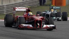 """Piloto da Ferrari, Felipe Massa, à frente de Lewis Hamilton, da equipe Mercedes, durante a segunda sessão de treinos para o Grande Prêmio da China de F1, no Circuito Internacional de Xangai. O brasileiro liderou os treinos desta sexta-feira, com um ritmo que sua própria equipe chamou de """"incrível"""", depois de uma manhã com dobradinha da Mercedes. 12/04/2013. REUTERS/Petar Kujundzic"""