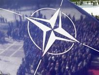 """Люди провожают гроб с телом погибшего в Афганистане капитана Фети Вогли у Дворца Конгресса в Тиране 24 февраля 2012 года. Выдвинутый президентом США Бараком Обамой кандидат на должность верховного главнокомандующего войсками НАТО в Европе считает, что так называемая """"перезагрузка"""" отношений между Соединенными Штатами и Россией переживает период паузы, предсказав, что Москва будет """"главным объектом для беспокойства"""" в регионе вплоть до 2020 года и дальше. REUTERS/Arben Celi"""