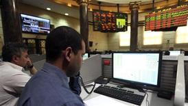 Traders à la Bourse du Caire. L'Egypte a tenu une adjudication exceptionnelle de devises de 600 millions de dollars (457,5 millions d'euros) dimanche, et devrait en lancer d'autres afin de couvrir ses besoins stratégiques en matière d'importations, a annoncé la banque centrale égyptienne, qui peine à payer le combustible et le blé. /Photo prise le 1er avril 2013/REUTERS/Mohamed Abd El Ghany